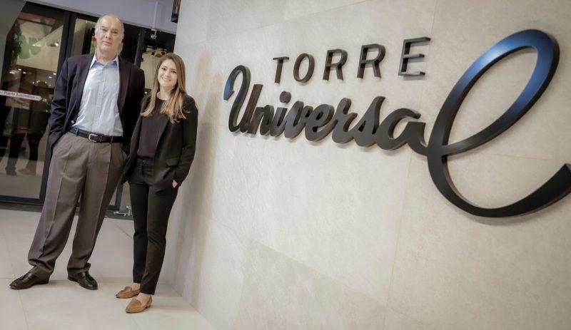 Roberto Federspiel, socio de Torre Unviersal, acompañado de Diana Villarreal, Directora de Proyecto de Torre Universal.