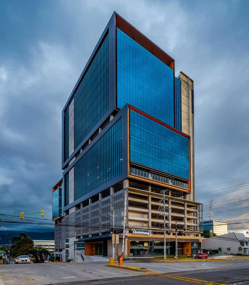 Torre Universal se ubica en la zona de La Sabana, lugar de gran potencial a nivel comercial e inmobiliario. El desarrollo requirió de una inversión de más de $50 millones y cuenta con un área arrendable de 32.000 metros cuadrados.