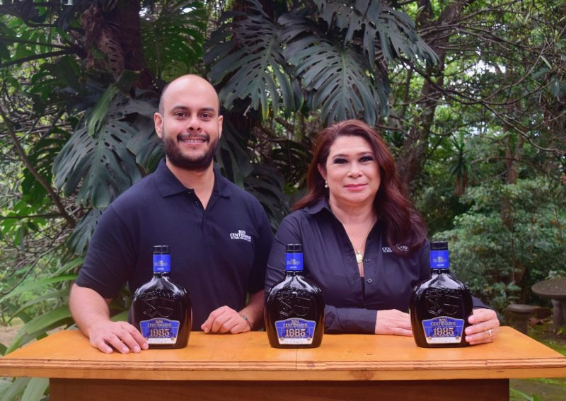 Manuel Coronado, Gerente de Marca de Ron Centenario para Costa Rica y Susana Masís, Maestra Ronera de Ron Centenario.