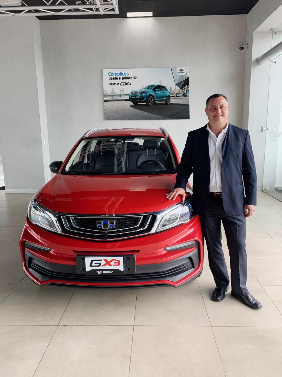 Daniel Moya, gerente comercial de VEINSA Motors con el más reciente Geely GX3.