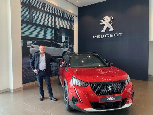 Daniel Moya, gerente comercial de VEINSA Motors, junto al nuevo SUV Peugeot 2008.