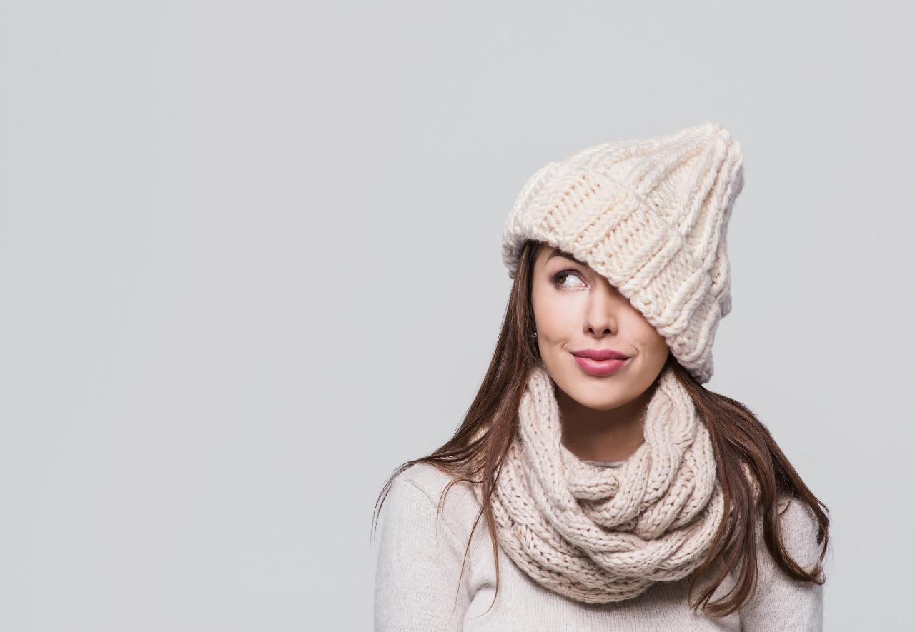 Otros de los signos del frío en la piel es la aparición de manchas o puntos vasculares rojos en las mejillas u otras áreas del rostro.