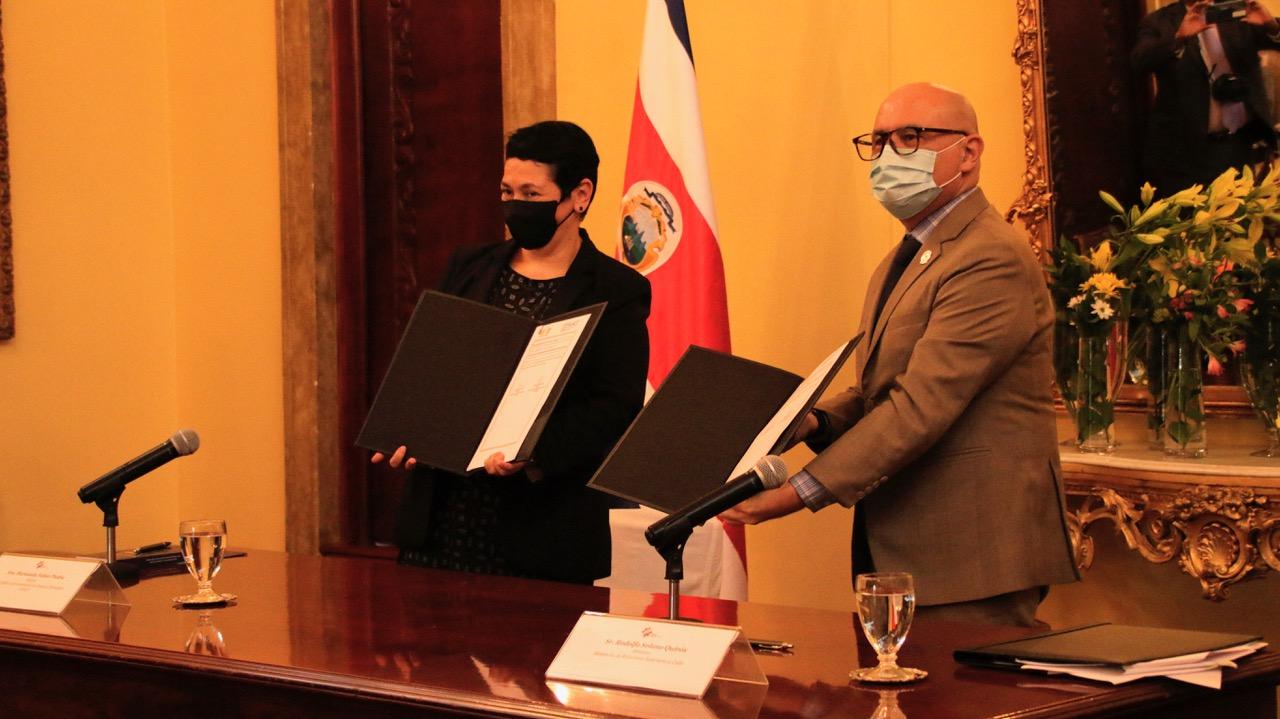 Marianela Núñez, rectora de ULACIT y Rodolfo Solano Quirós, Canciller de la República, firmando el acuerdo en la Cancillería, en San José.