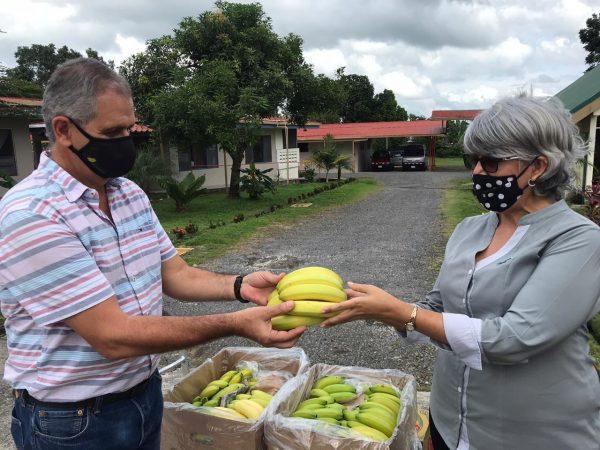 El ingeniero Sergio Laprade realizando una de las entregas de fruta.