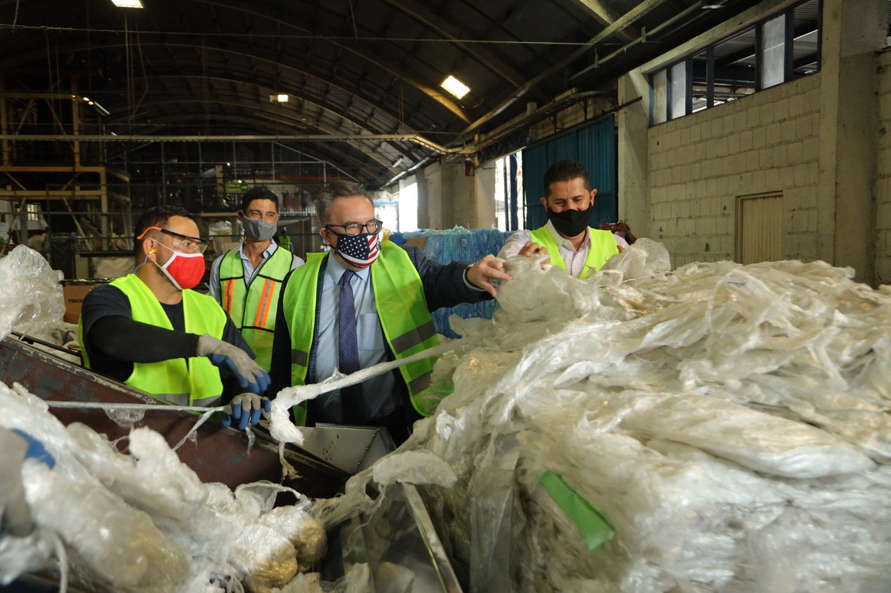 El Administrador de la Agencia de Protección Ambiental de los E.E.UU., Andrew Wheeler (de mascarilla con bandera), visitó la planta de Mundorep, en Heredia.