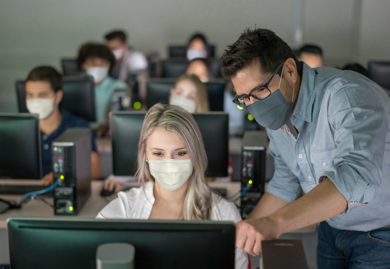 Los estudiantes se certificarán en ciberseguridad, análisis de datos y soporte de nube.