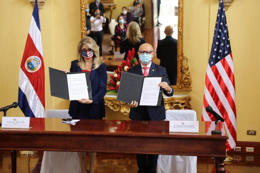Sharon Day, Embajadora de Estados Unidos y Rodolfo Solano Quirós, Ministro de Relaciones Exteriores de C.R., en la firma del memorando de entendimiento.