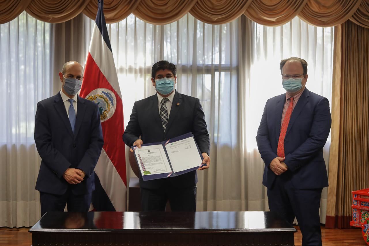 Rodrigo Cubero, Presidente del Banco Central de Costa Rica, acompañado por Carlos Alvarado, presidente de Costa Rica y el ministro de Hacienda, Elian Villegas, quienes participaron como testigos de honor en el acto de firma, en Casa Presidencial.