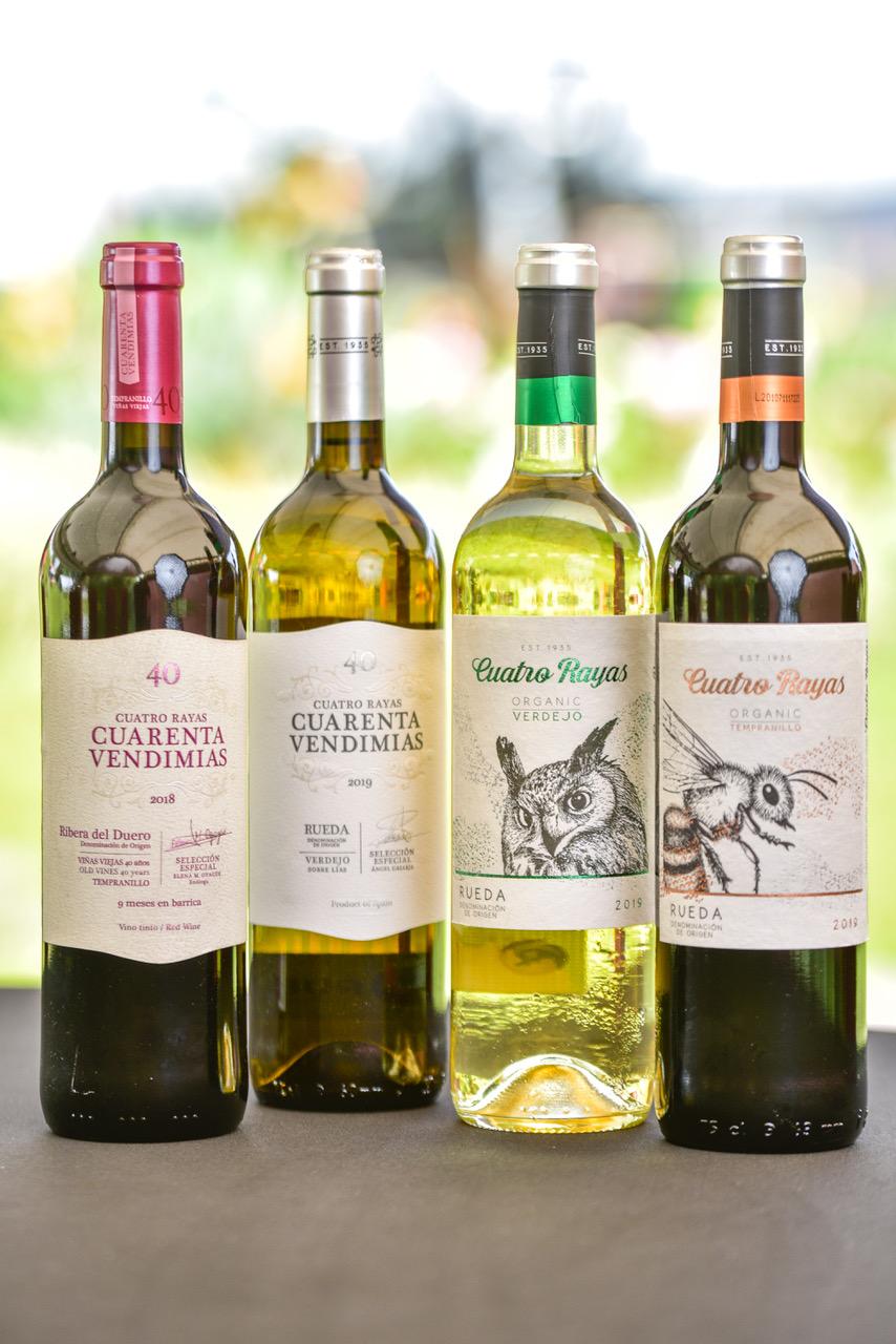 """Los vinos blancos de Cuatro Rayas cuentan con sello """"Green and Social"""". Este manifiesta su respeto por el medio ambiente y su filosofía verde, cuidando el impacto que generan hacia el entorno natural."""