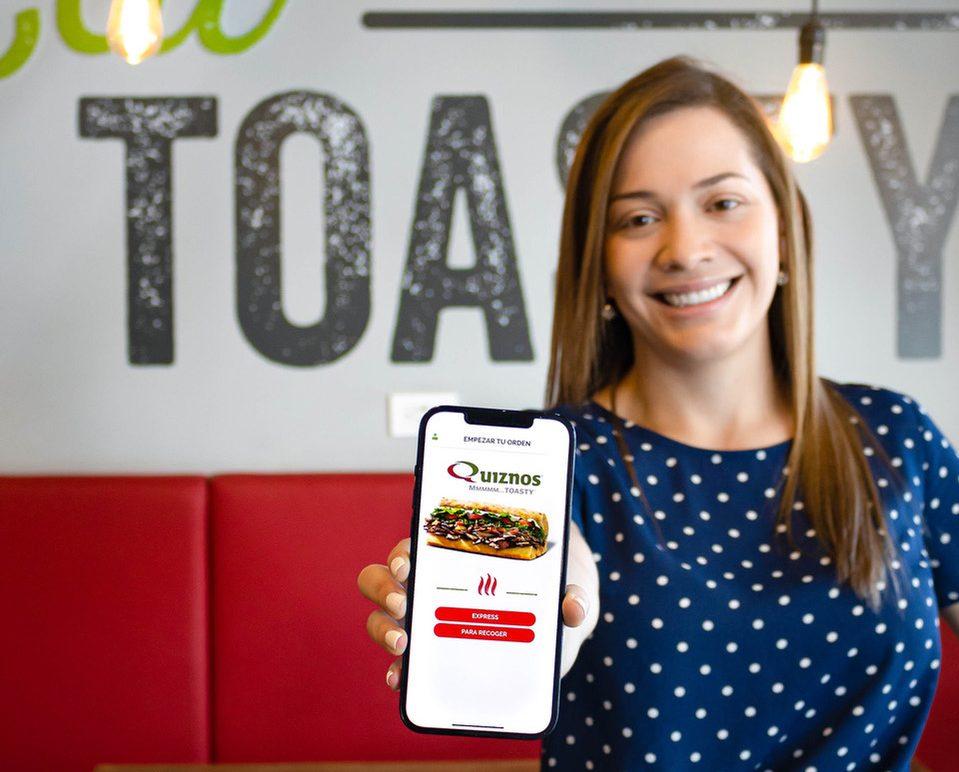 Samantha Sobrado, gerente de mercadeo de Quiznos Costa Rica, detalló que la aplicación está disponible en App Gallery, App Store y las tiendas Play Store.