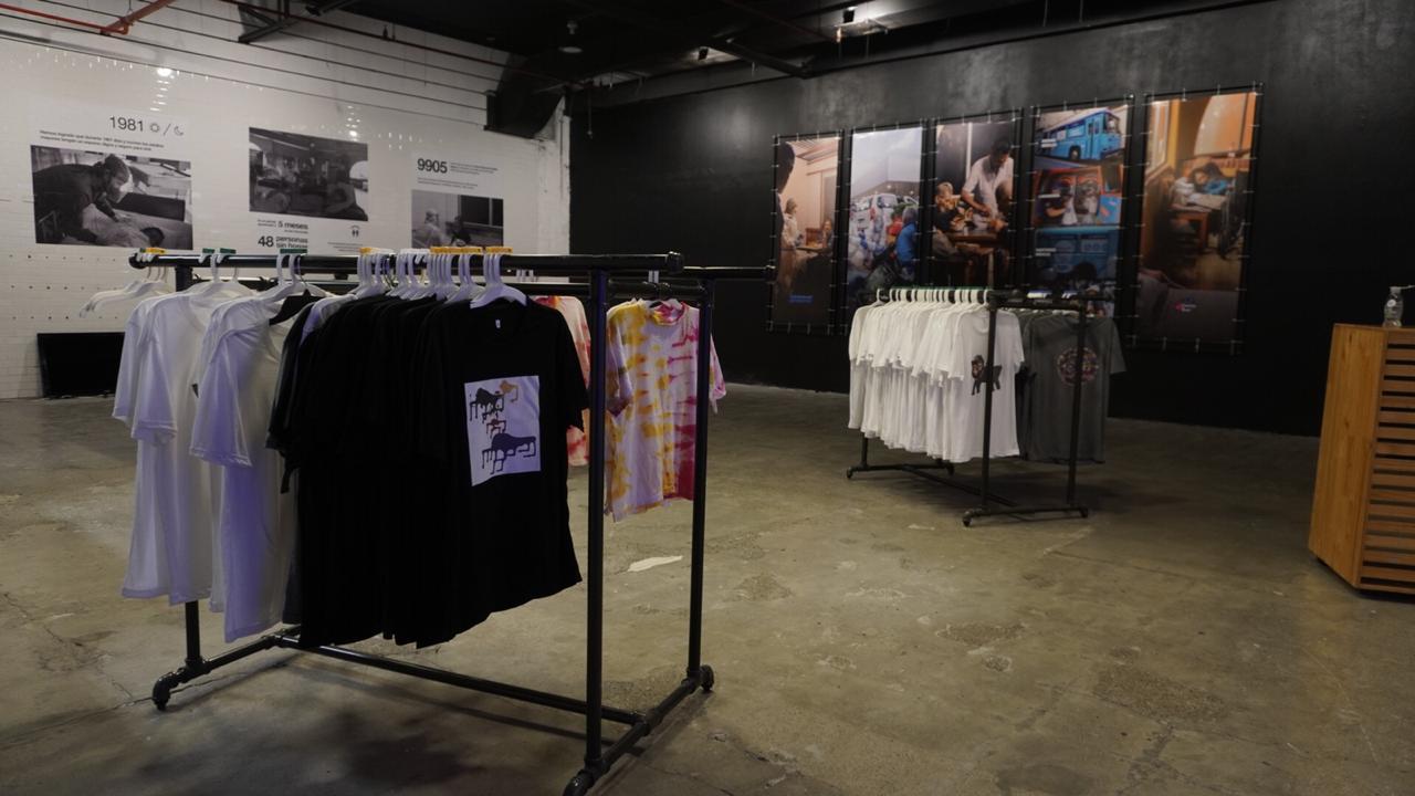 En el caso de aquellos que donen en efectivo, se les dará una camiseta personalizada por una persona que se encuentra en condición de calle.