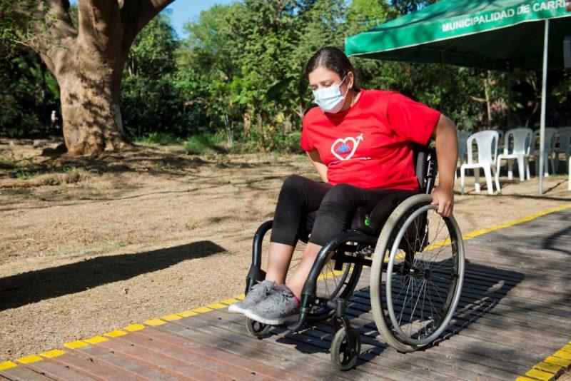 DonaTapa es un proyecto de sostenibilidad social y ambiental que, mediante el reciclaje de tapas plásticas, busca crear playas más accesibles para las personas con discapacidad.