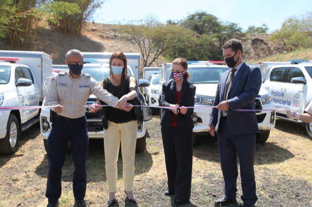 Gloria Berbena, encargada de Negocios de la Embajada de Estados Unidos, durante la donación de los vehículos.