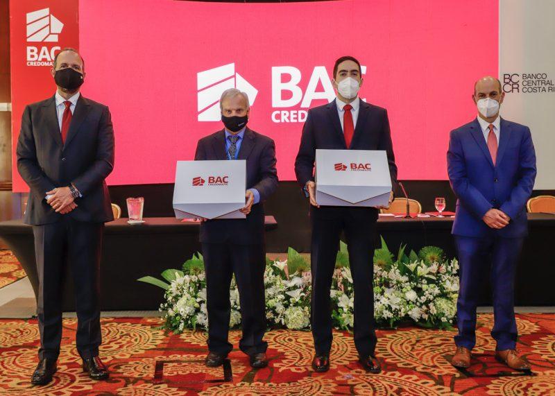 Federico Odio, gerente general BAC Credomatic; Carlos Moreno, CEO de Cyberfuel, Juan Ignacio Guzmán de Grupo Pro  y Rodrigo Cubero, presidente del Banco Central durante la certificación.