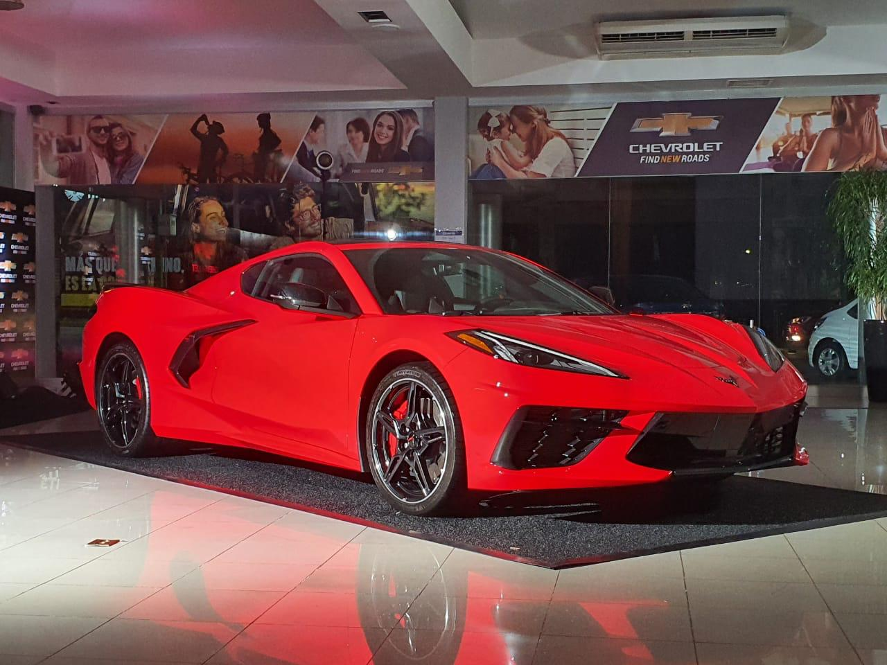 El elegante Corvette de Chevrolet de Grupo Q está disponible en rojo, blanco, amarillo, gris, azul, naranja, rojo vino y gris claro. Es un deportivo tanto funcional como precioso a simple vista.