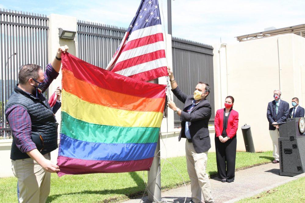 Personeros de la embajada participaron en la ceremonia que fue dirigida por la Encargada de Negocios, Gloria Berbena (de saco rojo y pantalón negro).